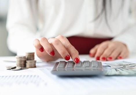Miért érdemes a bérszámfejtést cégen kívülre szervezni? A bérszámfejtés kiszervezése előnyös lehet.